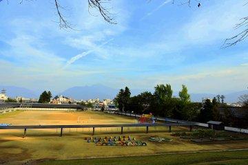 산기슭에 위치한 초등학교의 모습