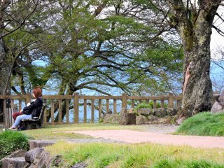 A couple on the castle grounds looking out at Ono city below