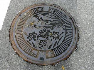 Kebanyakan penutup lubang got bergambar bunga dan burung