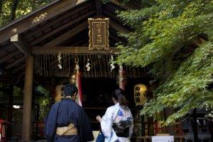 คู่ชาวญี่ปุ่นคู่นี้กำลังกราบไว้ขอพรแห่งความเป็นสิริมงคลที่ศาลเจ้าโนโนะมิยะ (野宮神社-Nonomiya Jinja) ซึ่งเป็นศาลเจ้าในศาสนาชินโตอันศักดิ์สิทธิ์ที่อยุ่กลางป่าไผ่