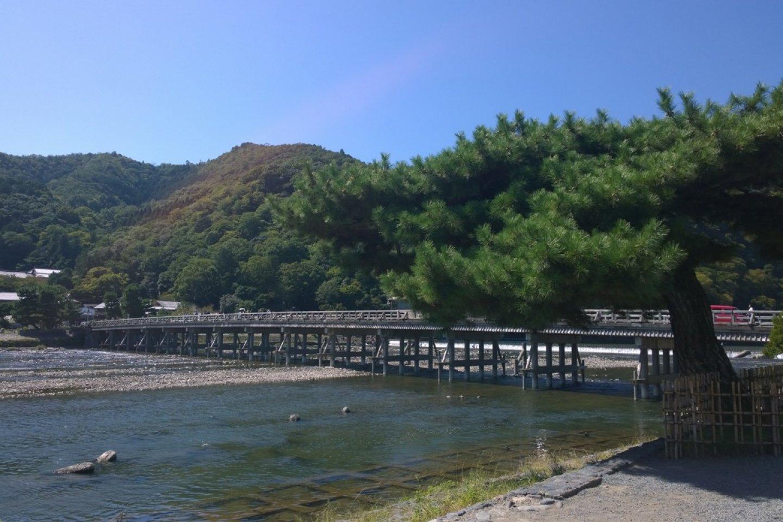 สะพานโทเก็ตซึเคียว (Togetsukyo Bridge) สัญลักษณ์ของอราชิยาม่าที่ทอดข้ามแม่น้ำโฮะซึ (保津川 - Hozugawa) โดยมีภูเขาอราชิยาม่าเป็นวิวอันงดงามอยู่เบื้องหลัง สะพานอันเก่าแก่ดั้งเดิมนี้นั้นสร้างขึ้นตั้งแต่สมัยเฮอัน (Heian Period) ในยุคก่อตั้งกรุงเกียวโตเลย และมีการบูรณะครั้งยิ่งใหญ่ล่าสุดในช่วงราวยุค 1930s