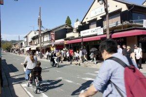 ตัวเมืองอราชิยาม่าที่คึกคักไปด้วยนักท่องเที่ยว และกิจกรรมหนึ่งที่จะเที่ยวเมืองนี้ได้สนุกขึ้นก็คือการปั่นจักรยานเที่ยวชมเมืองนั่นเอง