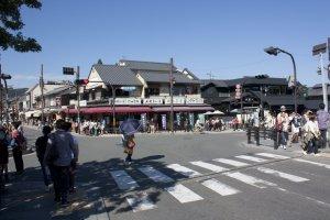 สี่แยกใหญ่บริเวณเชิงสะพานโทเก็ตซึเคียว (Togetsukyo Bridge) ซึ่งบริเวณนี้เต็มไปด้วยร้านขายของที่ระลึกและร้านขายของอร่อยๆ มากมาย รวมไปถึงคาเฟ่เก๋ๆ วิวดีที่จะให้คุณอร่อยละเลียดวิวของอราชิยาม่าด้วย