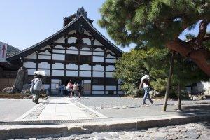 วัดเท็นเรียวจิ (天龍寺 – Tenryuji Temple) มรดกโลก UNESCO World Heritage Site หนึ่งเดียวของอราชิยาม่า ซึ่งวัดแห่งนี้ได้รับการจัดอันดับว่าเป็นอันดับหนึ่งแห่งวัดในแบบเซ็ต (Zen Temple) สร้างขึ้นเมื่องปี ค.ศ.1339 โดยโชกัน Ashikaga Takauji อุทิศให้กับพระจักรพรรดิโกะไดโงะ (Emperor Go-Daigo) นอกจากตัวอาคารแล้วภายในยังมีสวนเซ็นที่เลื่องชื่ออยู่ภายในอีกด้วย