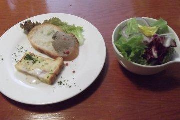 <p>Мой соус и листья салата</p>