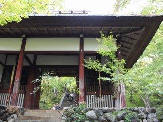 仁王門。元は本圀寺(ほんごくじ)客殿(きゃくでん)の南門であったのを、元和2(1616)年にこの地に移築した