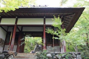 니오몬. 원래 혼고쿠지 객전의 남문에서 있었던 것을, 겐나 2 (1616) 년에 이 땅으로 옮겨왔다