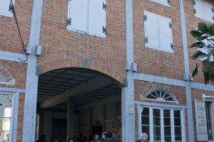 ทางเข้าของโรงงานผ้าไหมโทมิโอกะ (Tomioka Silk Mill) ซึ่งเป็นตึกเก่าแก่ที่งดงามทีเดียว