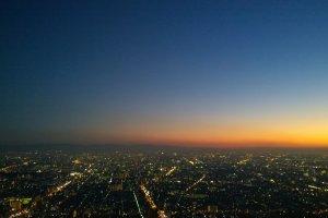ยามเย็นบนดาดฟ้าHARUKAS 300 เป็นอีกจุดหนึ่งที่ได้รับความนิยมที่สุด โดยเฉพาะเวลาพลบค่ำที่เราจะเห็นตะวันตกดินอย่างสวยงาม และการตื่นขึ้นของเมืองและแสงสีแห่งยามค่ำคืนอันงดงาม