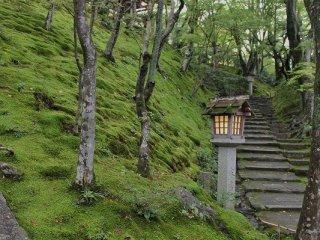 右側の石段の坂を末吉坂という