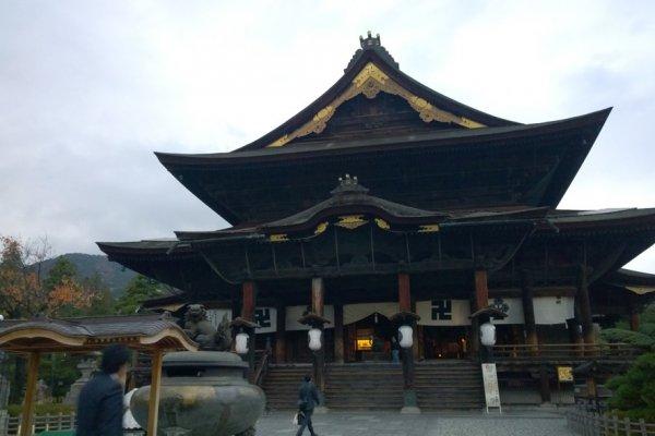 Zenkoji Hondo นั้นเป็นอารามหลักของวัดแห่งนี้ ซึ่งตัวอาคารนั้นเป็นไม้เก่าแก่โบราณ สร้างด้วยความประณีตงดงาม วัดนี้สร้างมาตั้งแต่ครั้งยุคศตวรรษที่ 7 แต่ก็มีการบูรณะครั้งล่าสุดเมื่อปี ค.ศ.1707