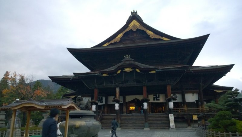 <p>Zenkoji Hondo นั้นเป็นอารามหลักของวัดแห่งนี้ ซึ่งตัวอาคารนั้นเป็นไม้เก่าแก่โบราณ สร้างด้วยความประณีตงดงาม วัดนี้สร้างมาตั้งแต่ครั้งยุคศตวรรษที่ 7 แต่ก็มีการบูรณะครั้งล่าสุดเมื่อปี ค.ศ.1707</p>