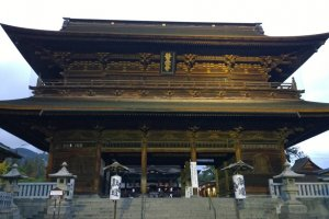 Sanmon Gate นี้เป็นซุ้มประตูไม้ขนาดใหญ่ที่ถือว่าเป็นซุ้มประตูใหญ่ของวัดก่อนที่จะเข้าสู่เขตพุทธสถานชั้นใน ประตูใหญ่นี้สร้างขึ้นเมื่อราวปี ค.ศ.1750 เป็นงานไม้ที่บ่งบอกความเป็นสุดยอดฝีมือชองช่างโบราณได้เป็นอย่างดีทีเดียว