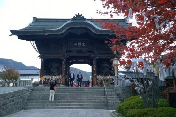 <p>ประตูด้านหน้าวัดก่อนที่จะถึงประตู Sanmon Gate</p>