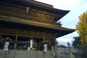 <p>อีกมุมหนึ่งของ&nbsp;Sanmon Gate ซึ่งช่วงเวลากลางคืนหลังพระอาทิตย์ตกดินก็จะมีการฉายไฟไปยังประตูอย่างสวยงามยิ่งใหญ่อลังการ เป็นความงามอีกรูปแบบในยามค่ำคืน</p>