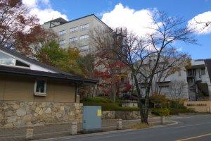 Kinugawa Park Hotels (鬼怒川パークホテルズ) นั้นตั้งอยู่ท่ามกลางความร่มรื่นและมีห้องพักหลากหลายโซนให้เลือกมีความสุขท่ามกลางธรรมชาติ