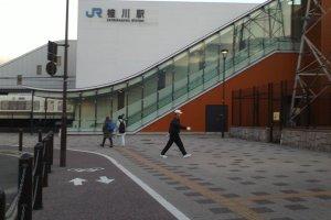 Logo stasiun JR, yang biasanya merupakan stasiun utama di hampir semua kota di Jepang