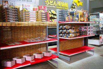 <p>Магазинчик продаёт сушеный удон и всякие другие &quot;удоновые&quot; сувениры&nbsp;</p>