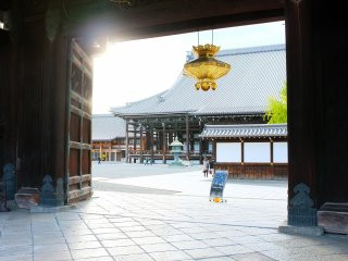 The main entrance of Nishi Honganji Temple