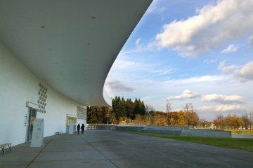 <p>สถาปัตกรรมที่สวยงามนี้ออกแบบโดย&nbsp;Jun Aoki สถาปนิกญี่ปุ่นอันเลื่องชื่อในระดับสากล</p>