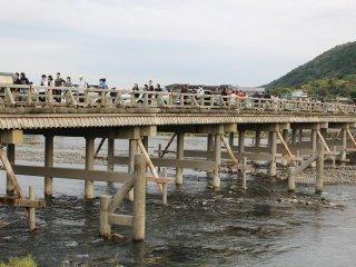 2013年の台風による豪雨によって嵐山の観光地は多くの店舗が浸水の被害を受けた。渡月橋は幸いにも被害はなかった