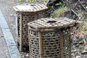 ゴミ箱が竹籠で覆われている。いかにも嵯峨野らしい