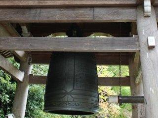 当初の梵鐘は慶長9(1604)年の鋳造であったが、平成4(1994)年に再鋳し、「しあわせの鐘」と名付け、世界平和を祈念して参拝者には誰でもつかせている