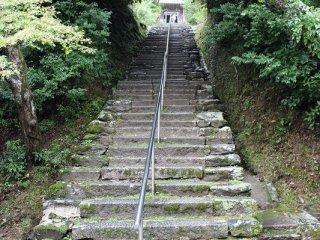 120段の石段を登ると正面に立つのが「湛空(たんくう)上人廟(びょう)」がある。湛空上人は法然直々の弟子であった