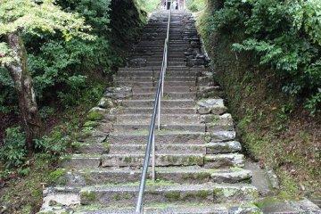 120단의 돌계단을 오르면 정면에 서있는 것이 '칸쿠 상인묘'가 있다. 칸쿠 상인은 법연의 제일의 제자였다