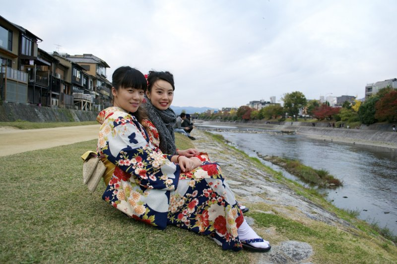 <p>Their kimonos were so beautiful that I needed an excuse to get closer to see them better. That&#39;s when I got this picture</p>