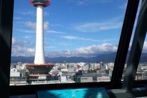 Pemandangan Kyoto Tower dari skyway Stasiun Kyoto