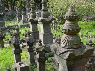 동상과 묘지들은 이곳에 다 섞여있습니다