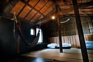 ห้องนอนรวมสำหรับผู้ชายที่เป็นเสมือนห้องใต้หลังคาชั้นบนสุด ซึ่งเก๋ด้วยการแขวนเปลให้นอนเล่นได้ด้วย