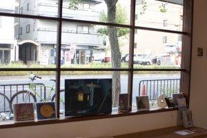 ถึงแม้ในร้านจะมีมุมนั่งชิลล์มุมเดียว แต่มุมโปรดริมหน้าต่างนี้ก็เป็นที่ชื่นชอบของทุกคนที่มาเยือน