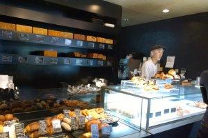 Le Petit Mac - Oike (ル・プチメック 御池) เบเกอร์รี่ตำรับฝรั่งเศสแท้ๆ แสนอร่อยแห่งเกียวโต สำหรับสาขานี้ตกแต่งร้านเท่ๆ ในสีดำ พร้อมเสิร์ฟเมนูอร่อยๆ เท่ๆ ที่ไม่เหมือนสาขาอื่นด้วย