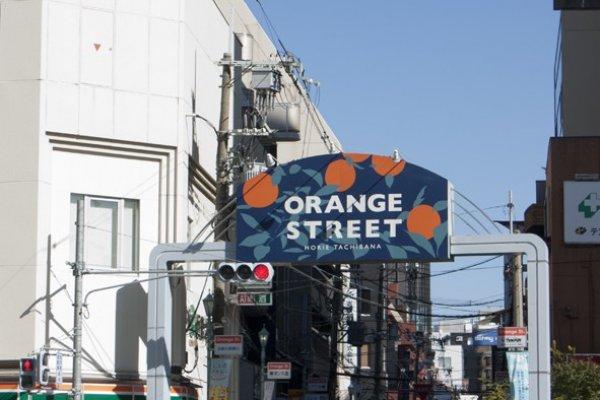 ซุมประตูเก๋ๆ ที่บ่งบอกอาณาเขตของ Orange Street นั้นกระจายอยู่ทั่วบริเวณย่านการค้าไลฟ์สไตล์เท่ๆ นี้