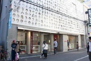 ASOKO สาขาแรกและสาขาใหญ่นั้นก็เริ่มโด่งดังจาก Orange Street นี่แหละ ก่อนที่จะดังไปถึงโตเกียวอีกที