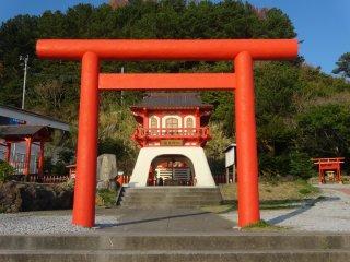 Le sanctuaire Ryugu fut reconstruit en 2011, ce qui explique son aspect neuf et moderne