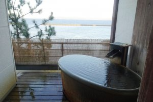Tub with a view at the Ryokan Ginsyo