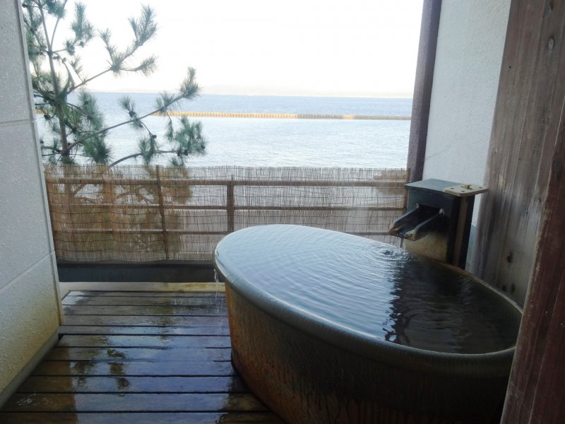 <p>Tub with a view at the Ryokan Ginsyo</p>