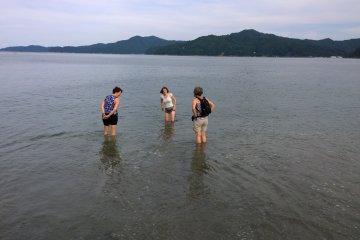 난생 처음으로 태평양에 발을 담그는 중