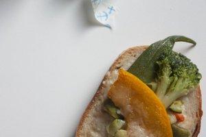 หนึ่งในเมนูขายดีซึ่งก็คือขนมปังหน้าผักออร์แกนิกรวมนั่นเอง