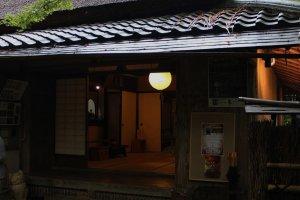 祇王寺正面全景。屋内は撮影禁止であった