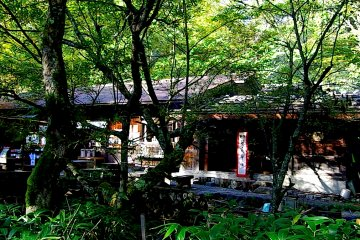 <p>The original location of Kamonji&#39;s&nbsp;hut is now a B&amp;B in front of&nbsp;Myojin-ike Pond, run by his great-grandson</p>