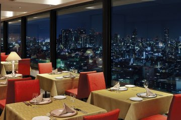 <p>Restaurant &ldquo;121 Dining&rdquo; offers a great view</p>