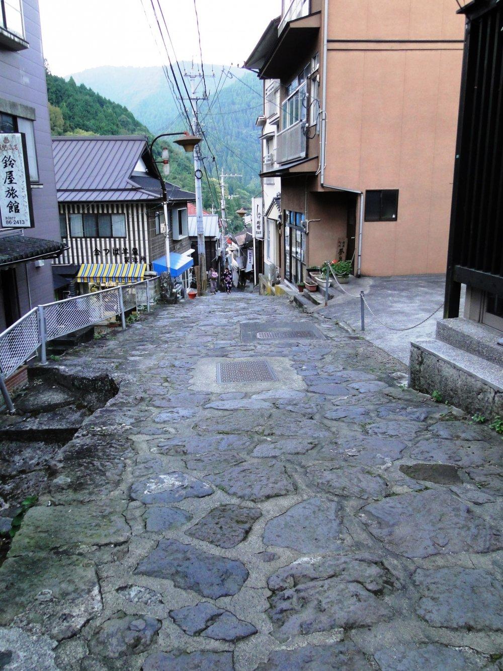 The stone pavement that runs through the center of Yunohiradates from the Showaperiod (1926-1989).