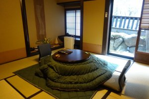 Kamar dengan penghangat kotatsu di musim dingin