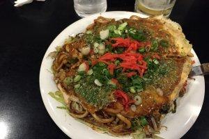 """Menemukan makanan ekonomis di Jepang tidak susah jika anda mau berpetualang. Okonomiyaki adalah makanan favorit banyak orang dan ada banyak varian dari """"pancake Jepang"""" ini tergantung prefekturnya"""