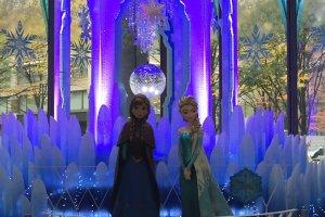 'Frozen's' Anna and Elsa in the Marunouchi building