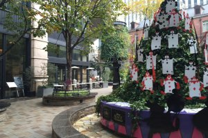 The Christmas tree of Alice brought a festive atmosphere to the MarunouchiBrick Square.